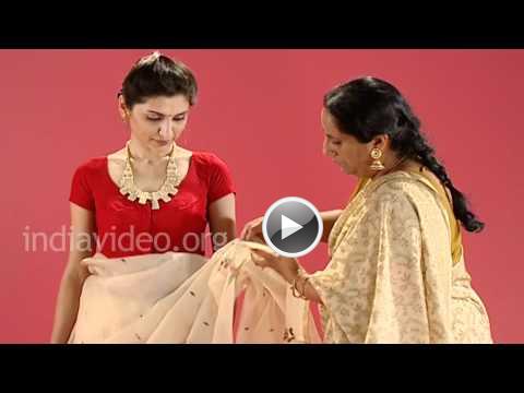 f42e2e38be24f1 How to wear a Jamdani saree in Bengali style, Traditional attire, Bengali  Women, Lifestyle, India, Video
